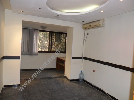 Ambjent per zyra me qera prane Kinema Agimi ne Tirane. Ndodhet ne katin e dyte ne nje pallat ekzist