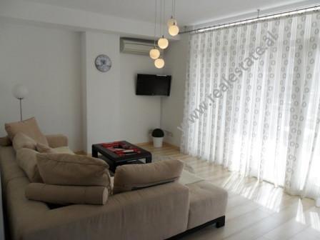 Apartament modern me qera prane Kopshtit Botanik te Tiranes. Pozicionohet ne katin e dyte te nje pa