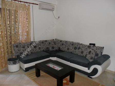 Apartament me qera ne fillimin e rruges Peti ne Tirane. Ndodhet ne katin e dyte te nje pallati te r