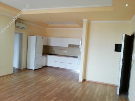 Apartament me qera ne rrugen e Bogdaneve ne Tirane. Pozicionohet ne katin e 7-te ne nje pallat te r