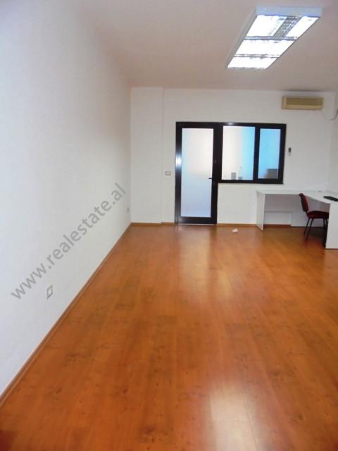 Apartament 3+1 me qera per zyra ne rrugen Ismail Qemali ne Tirane.Pozicionohet ne katin e II-te te b