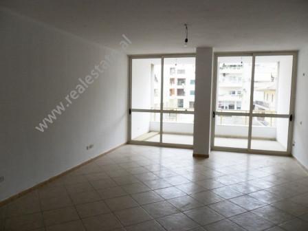 Apartament per shitje ne fillimin e rruges Shyqyri Brari ne Tirane. Pozicionohet ne katin e 3-te ne