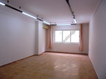 Zyra me qera ne rrugen Ymer Kurti prane shkolles Petro Nini Luarasi ne Tirane. Pozicionohen ne kati