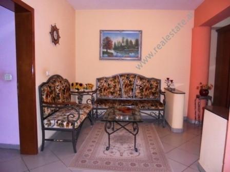 Apartament ne shitje prane Medresese ne rrugen Ferit Xhajko ne Tirane. Pozicionohet ne katin e 5-te