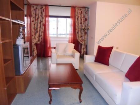 Apartament 2+1 me qera prane Ambasades Italiane ne Tirane.  Apartamenti pozicionohet ne kat te kat