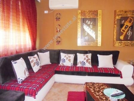 Apartament 3+1 me qera tek Komuna e Parisit ne Tirane. Pozicionohet ne katin e 5-te te nje pallati