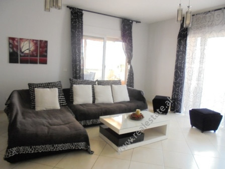 Apartament 2+1 me qera ne rrugen Don Bosko ne Tirane. Pozicionohet ne katin e 5-te te nje pallati t