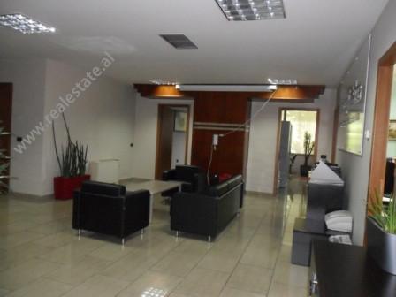 Zyra me qera ne zonen e Bllokut ne rrugen Ibrahim Rugova ne Tirane. Pozicionohet ne katin e 2 ne nj