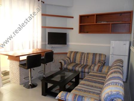 Apartament me qera prane rruges Peti ne Tirane. Ndodhet ne katin perdhe ne nje pallat te ri, prane