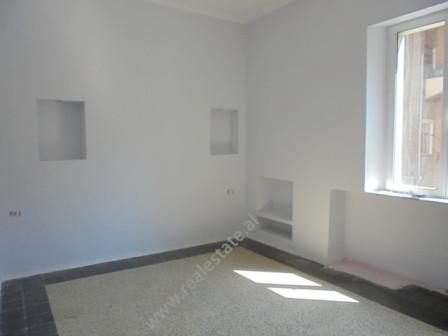 Zyra me qera ne zonen e Bllokut, ne bulevardin Bajram Curri ne Tirane. Pozicionohet ne katin e 2-te