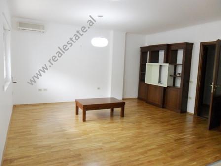 Apartament modern me qera prane Liceut Artistik Jordan Misja ne Tirane.  Pozicionohet ne katin e 5