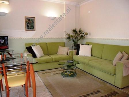 Apartament modern me qera prane Maternitetit te Ri ne Tirane.  Ndodhet ne katin e 4-rt ne nje pall