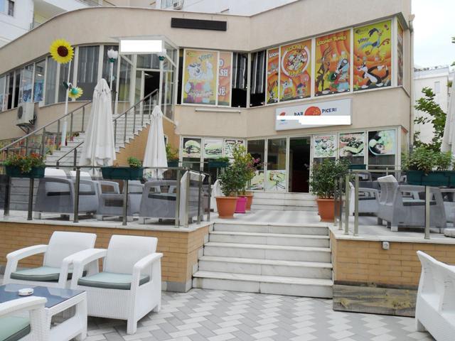 Bar, piceri dhe lodra per femije per shitje prane rruges Eshref Frasheri ne Tirane. Ambjenti pozici