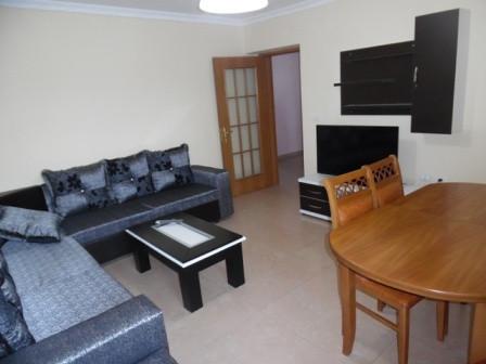 Apartament 2+1 me qera ne Bulevardin Zogu I ne Tirane.  Ne nje hapsire 90 m2 ofrohet: 2 dhoma gjum