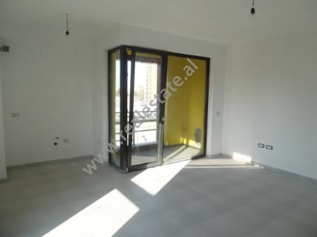 Apartament per zyre me qera ne rrugen Jul Variboba ne Tirane  Apartamenti ndodhet ne kryqezimin me