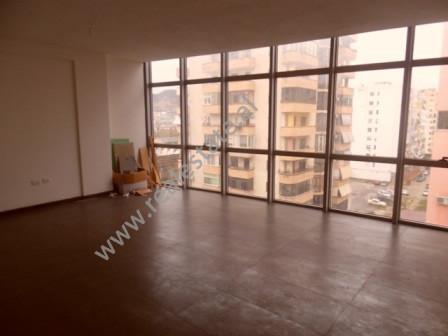 Apartament 2+1 me qera ne rrugen Sali Butka ne Tirane Apartamenti ndodhet ne katin e gjashte te nje