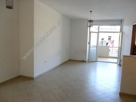 Apartament per zyra me qera ne fillimin e rruges Pjeter Budi ne Tirane. Pozicionohet ne katin e 4-r