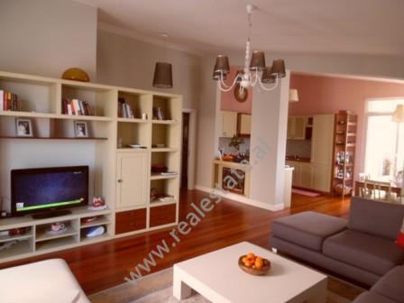 Apartament 3+1 me qera te Kodra e Diellit ne Tirane. Apartamenti ndodhet ne nje nga rezidencat me t