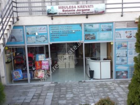 Dyqan me qera ne rrugen Bulevardi Blu ne Kamez. Eshte gjysem bodrumi i nje pallati te ri dhe pozici
