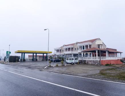 Hotel dhe Karburant per shitje prane Bushatit ne Shkoder. Pozicionohet buze rruge nacionale me sipe
