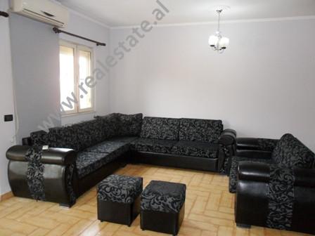 Apartament me qera ne rrugen Qemal Stafa ne Tirane. Pozicionohet ne katin e 3-te ne nje pallat te r