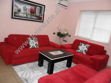 Apartament me qera ne rrugen Prokop Myzeqari ne Tirane. Pozicionohet ne katin perdhe ne nje pallat