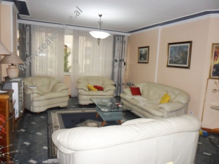 Apartament me qera ne rrugen Faik Konica ne Tirane. Pozicionohet ne katin e 5-te ne nje pallat te r
