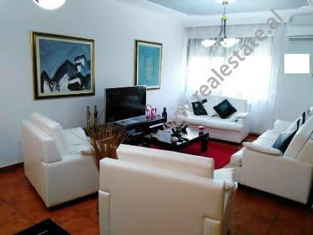 Apartament 2 + 1 per zyre me qera ne rrugen Pjeter Bogdani ne Tirane. Ndodhet ne katin e 2-te ne nj
