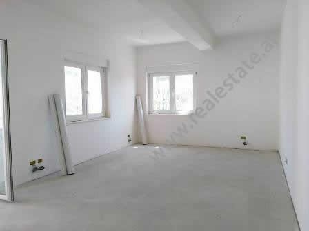 Apartament per shitje ne nje kompleks rezidencial ne zonen e Saukut ne Tirane. Pozicionohet ne kati