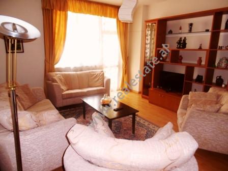 Apartament me qera afer me rrugen e Elbasanit ne Tirane.   E pozicionuar ne katin e 5-te te