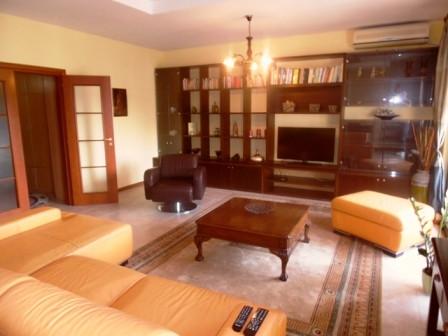 Apartament 3+1 me qera ne rrugen Dervish Hima ne Tirane. Apartament ndodhet ne katin 8-te te nje pa