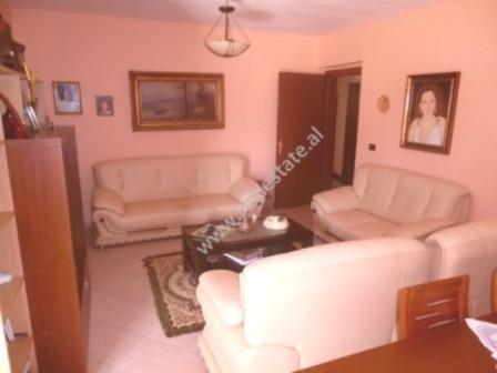 Apartament 2+1 per shitje ne rrugen Bardhyl ne Tirane. Apartamenti ndodhet ne katin e 5-te te nje p