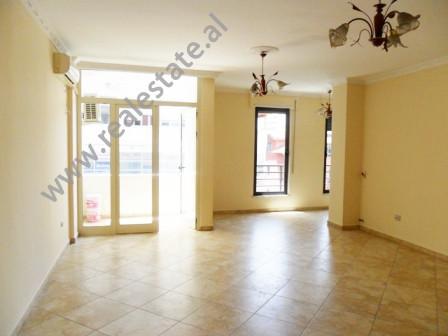 Apartament 2 + 1 per zyre me qera ne fillimin e rruges Don Bosko ne Tirane. Ndodhet ne katin e 3-te