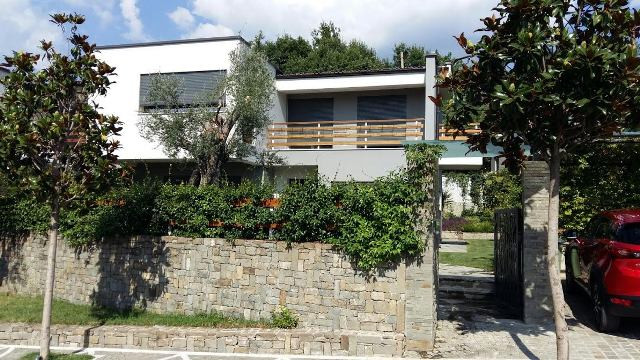 Modern villa for rent in Lunder area in Tirana. The villa is located in a compound with villas and a