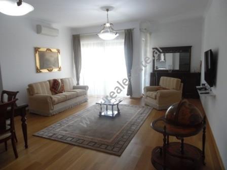 Apartament 2+1 me qera ne rrugen e Bogdaneve ne Tirane. Apartamenti ndodhet ne katin e 4-te te nje