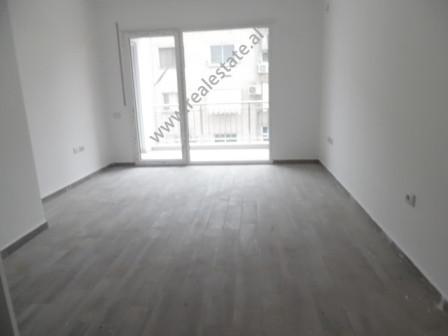 Apartament 1+1 me qera afer fushes se Ali Demit ne Tirane. Apartamenti ndodhet ne katin e dyt