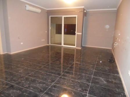 Apartament per zyre me qera afer rruges se Kavajes ne Tirane.  Apartamenti ndodhet ne