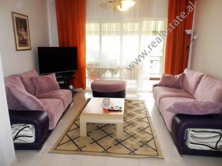Apartament me qera ne rrugen Xhezmi Delli ne Tirane.  Ndodhet ne katin e 3-te te nje pallati te ri