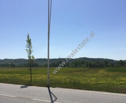 Toke Arre per shitje ne rrugen Tirane-Rinas prane aeroportit Nene Tereza. Toka ka nje siperfaqe pre