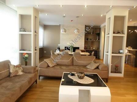Apartament modern me qera pas universitet Europian ne Tirane. Apartamenti ndodhet ne katin e fundit
