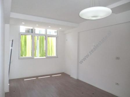 Apartament i ri per shitje prane Shkolles 9-Vjecare Faik Konica. Banesa ndodhet ne katin e 2-te te