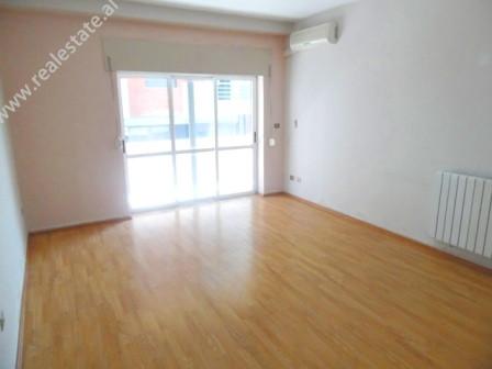 Apartament 3+1 me qera ne rrugen Anton Zako Cajupi ne Tirane. Hyrja ndodhet ne katin e 3-te te nje