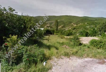 Toke per shitje shume prane autostrades Tirane-Elbasan.  Pozicionohet disa metra larg rruges kryes