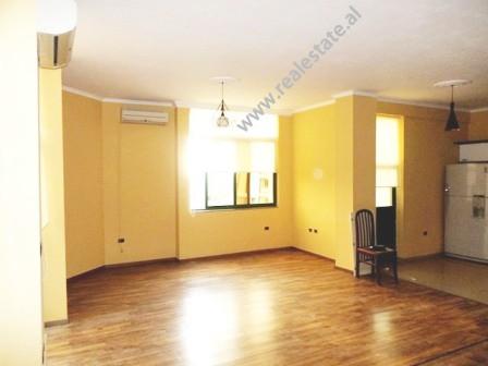 Apartament 2+1 per zyre me qera tek fillimi i rruges se Kavajes ne Sheshin Skenderbej ne Tirane. Ba