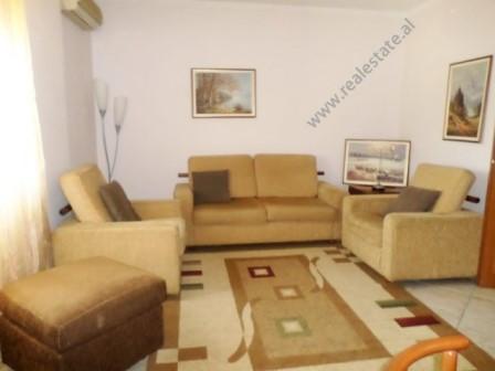 Apartament 2+1 me qera ne fillim te rruges Sander Prosi ne Tirane. Pozicionohet ne katin e 4-te te