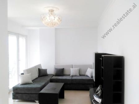 Apartament 2+1 me qera prane zones 21 Dhjetori ne Tirane. Hyrja ndodhet ne katin e 5-te te nje godi