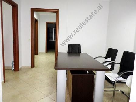 Zyre me qera ne rrugen Abdyl frasheri ne Tirane Ndodhet ne katin e 5-te te nje pallati te ri qe ofr