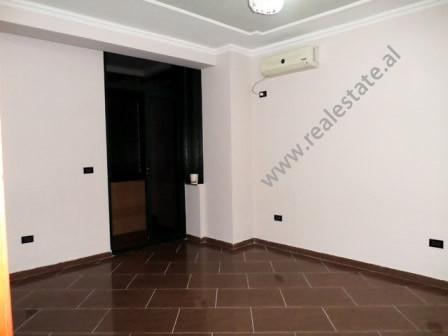 Ambient zyre me qera ne ne Bulevardin Gjergj Fishta ne Tirane. Ndodhte ne katin e 3-te te nje palla