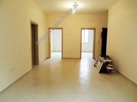 Ambient zyre me qera ne rrugen Fortuzi ne Tirane Pozicionohet ne katin e dyte te nje ndertese 3-kat
