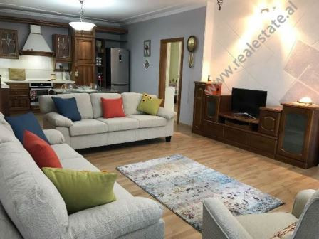Apartament 2+1 me qera ne rrugen Faik Konica ne Tirane. Ndodhet ne katin e 5-te te nje pallati te r